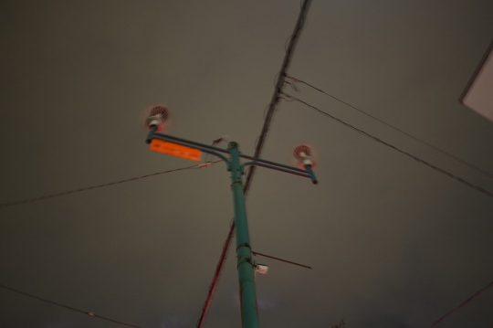 街路灯を消しています。